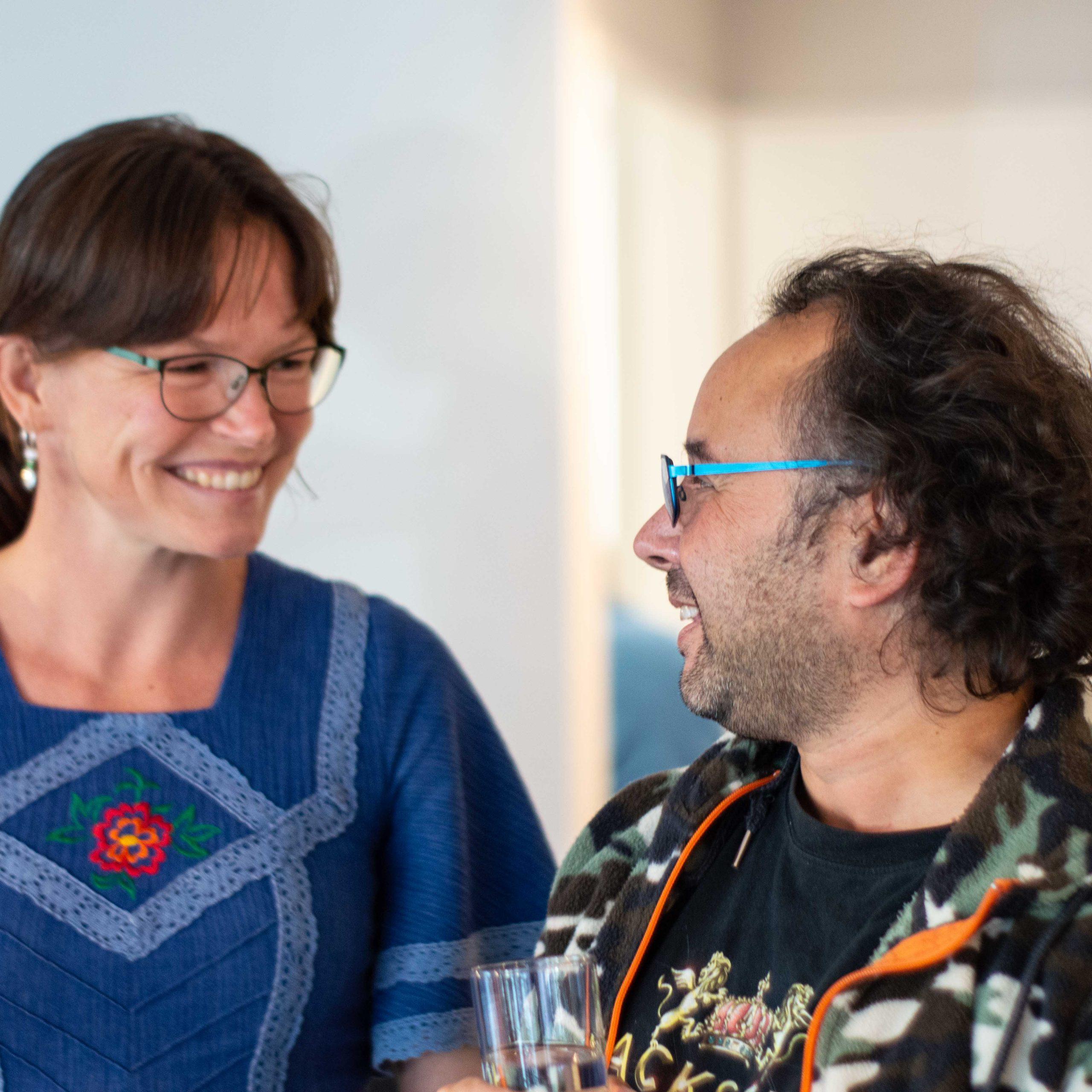Meet-Inn-coördinator Lisan met een van de vaste gasten