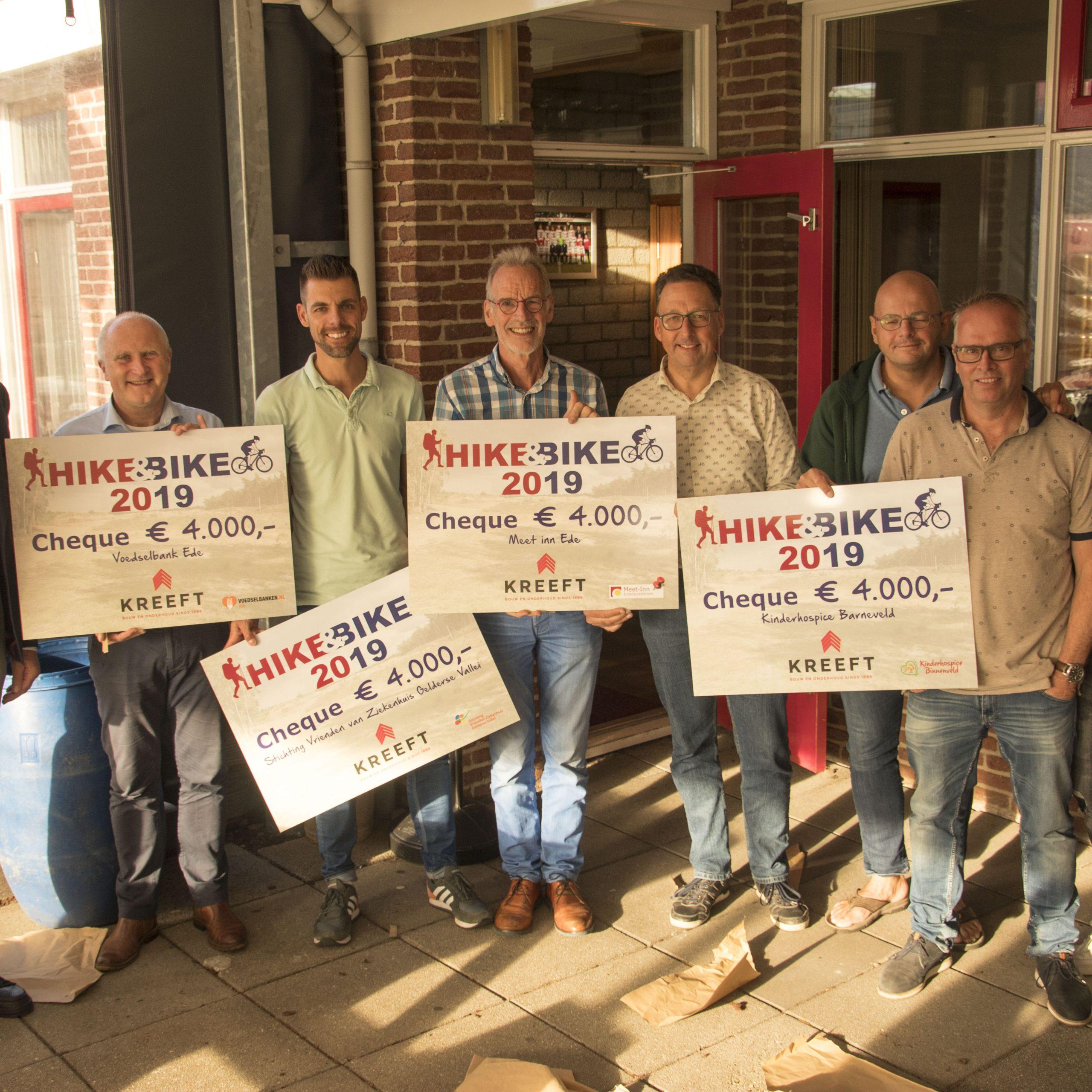 Meet-Inn-voorzitter Klaas Kopinga en penningmeester Joost Verbakel met de andere ontvangers van een cheque